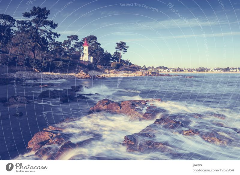 Rotkäppchen und das Meer Himmel blau schön Wasser weiß rot Küste braun Felsen Wellen Idylle historisch Schutz Frankreich Leuchtturm maritim