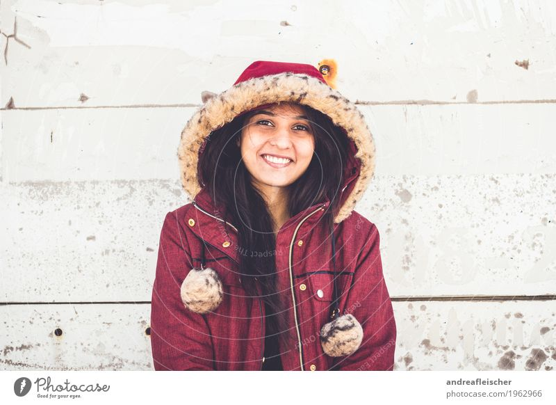 Pallavi 08 feminin Junge Frau Jugendliche Leben 1 Mensch 18-30 Jahre Erwachsene Mantel schwarzhaarig langhaarig Lächeln Freude Glück Zufriedenheit Lebensfreude