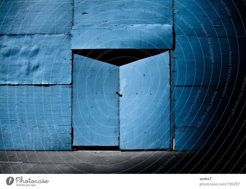 into the blue blau Tür geschlossen Baustelle Neugier geheimnisvoll Eingang bauen Verbote schließen Holzwand Versteck Portal Wand