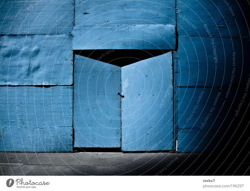 into the blue Tür bauen Neugier blau Verbote Baustelle Holzwand geschlossen Portal schließen geheimnisvoll Versteck Farbfoto Außenaufnahme Menschenleer