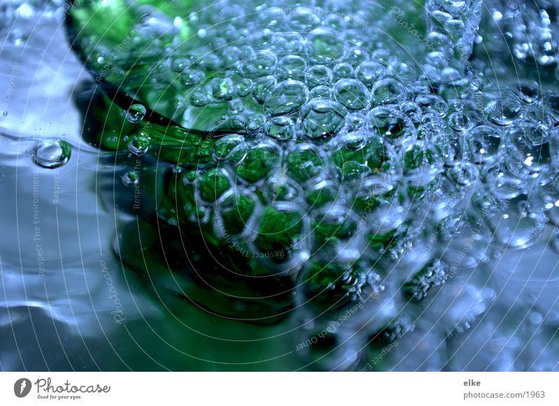 Wasserperlen Wassertropfen Tropfen Makroaufnahme Nahaufnahme blau Glas bubbles