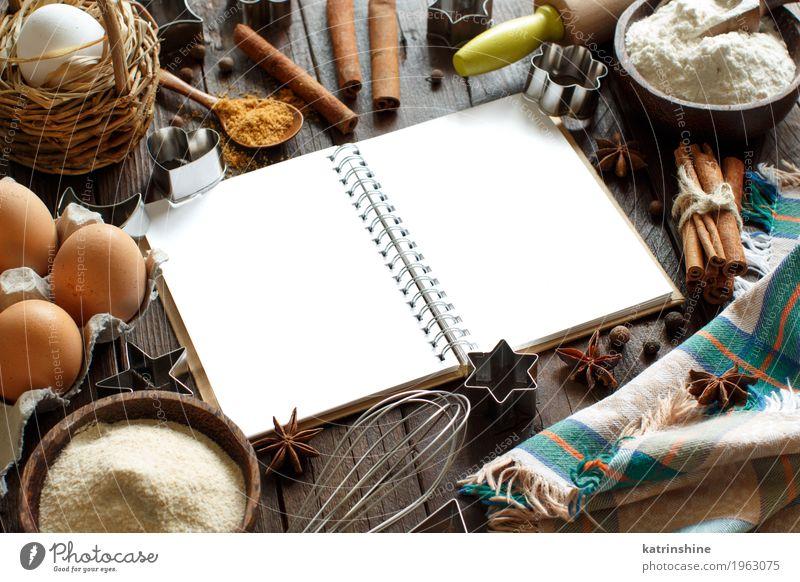 Leeres Kochbuch, Zutaten und Utensilien Milcherzeugnisse Teigwaren Backwaren Dessert Kräuter & Gewürze Schalen & Schüsseln Tisch Küche Papier Holz frisch braun