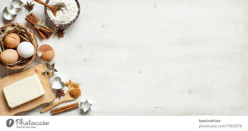 Zutaten und Utensilien zum Backen weiß Holz braun Textfreiraum frisch Tisch Kräuter & Gewürze Küche Dessert Ei Schalen & Schüsseln Backwaren Zucker Teigwaren