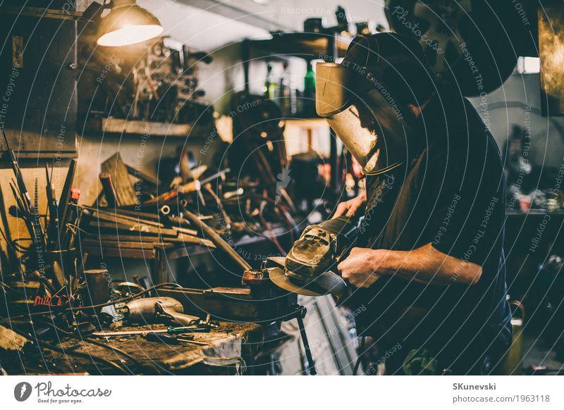 Metallschleifen auf Stahlersatzteil in der Werkstatt. Behandlung Arbeit & Erwerbstätigkeit Baustelle Fabrik Industrie Werkzeug Säge Maschine Nähmaschine