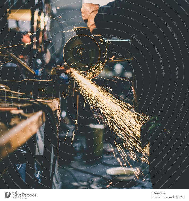Metallschleifen auf Stahlersatzteil in der Werkstatt. Tod Arbeit & Erwerbstätigkeit Technik & Technologie Geschwindigkeit Industrie Baustelle Schutz Sicherheit