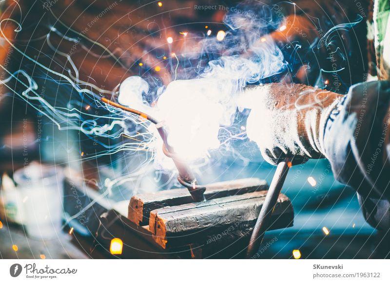 Handwerker mit Maske Schweißstahl. Arbeit & Erwerbstätigkeit Beruf Baustelle Fabrik Industrie Werkzeug Mann Erwachsene Arme 1 Mensch Handschuhe Metall Stahl