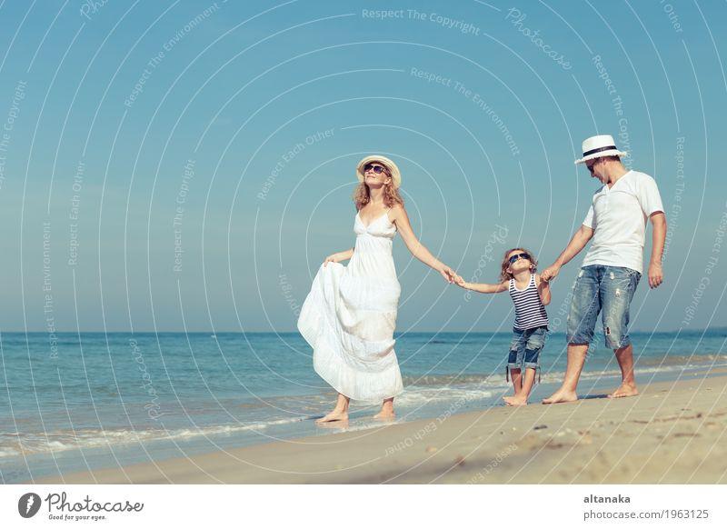 Kind Frau Natur Ferien & Urlaub & Reisen Sommer Sonne Meer Erholung Freude Strand Erwachsene Leben Liebe Lifestyle Sport Familie & Verwandtschaft