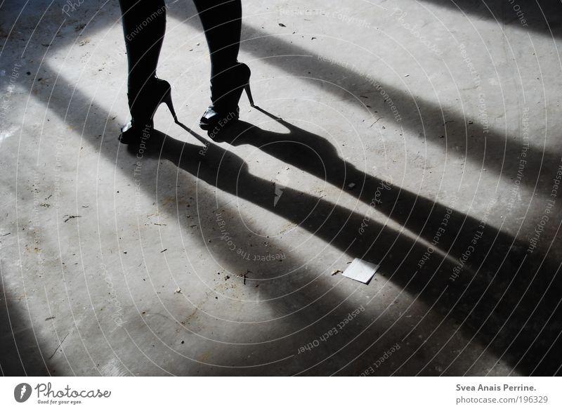 walk the line Mensch Jugendliche schwarz dunkel kalt feminin Gefühle Stil Beine Stimmung hell Schuhe Fassade elegant Beton außergewöhnlich