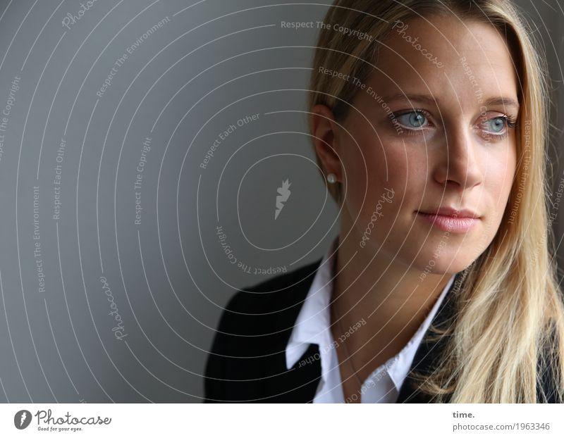 Neele feminin Frau Erwachsene 1 Mensch Hemd Jacke blond langhaarig beobachten Denken Blick warten schön Wachsamkeit Ausdauer standhaft Sorge Müdigkeit Heimweh