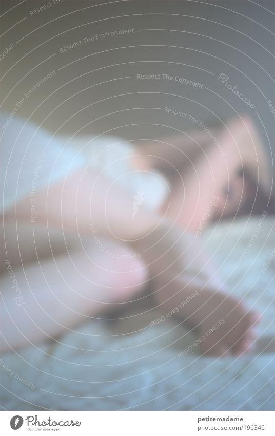 schlafenszeit Mensch Jugendliche weiß Erwachsene Erholung feminin Beine träumen Fuß Körper Junge Frau Zufriedenheit Nebel 18-30 Jahre Bett