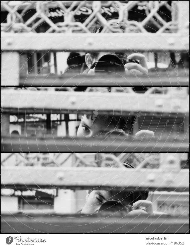 ready, set, go! Mensch Freude ruhig Erwachsene maskulin groß authentisch außergewöhnlich Neugier 18-30 Jahre Unendlichkeit Spiegel Schwarzweißfoto Wachsamkeit Symmetrie Selbstportrait