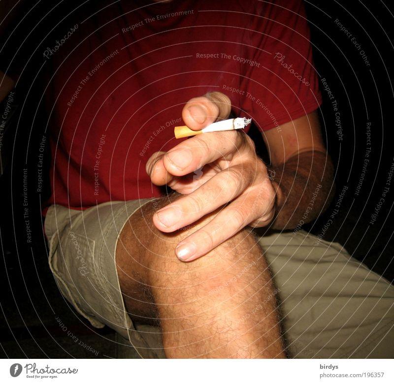 cigaret smoking can be dangerous but also very tastefully Mensch Mann Hand Sommer rot Erwachsene Beine sitzen maskulin Finger T-Shirt Rauchen Zigarette Shorts Nervosität Laster