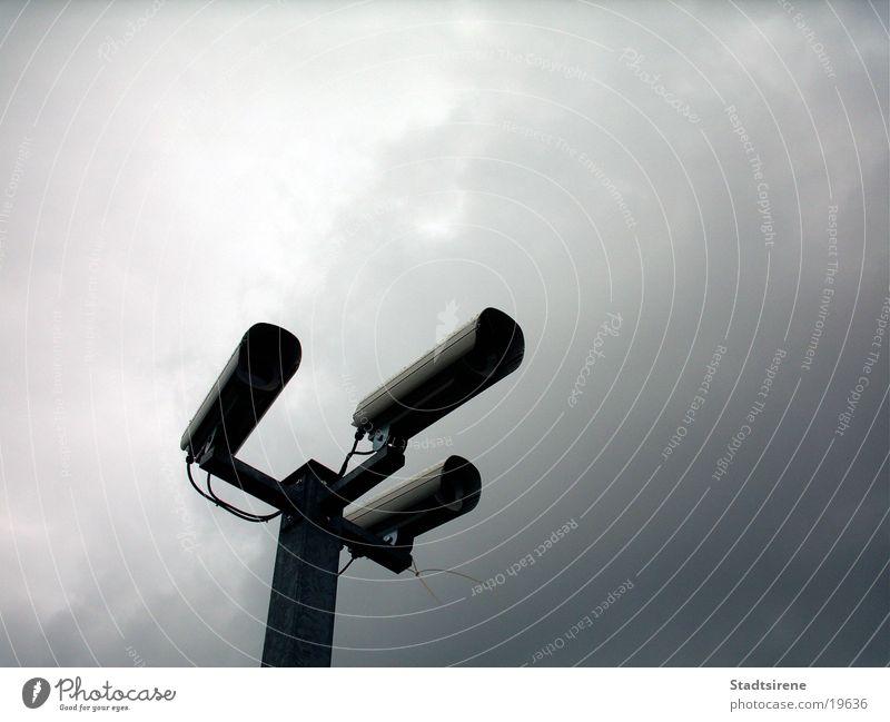 They are watching Himmel Angst Technik & Technologie Sicherheit Fotokamera Panik Überwachung Elektrisches Gerät Überwachungsstaat Fahndung Verfolgung