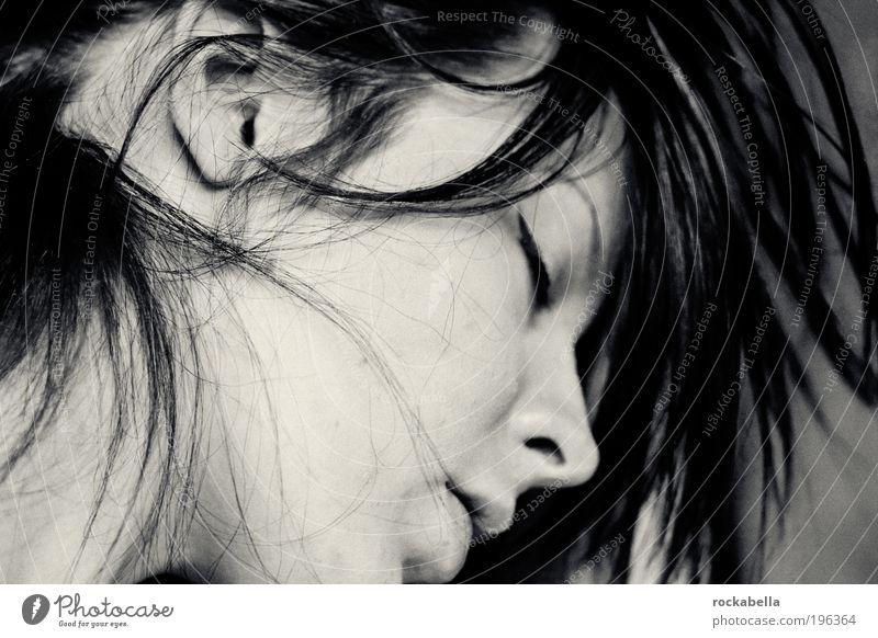 wenn du sehen könntest. feminin Junge Frau Jugendliche schwarzhaarig langhaarig Erholung genießen schlafen träumen ästhetisch wild weich Leidenschaft Sympathie