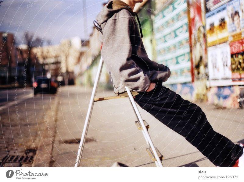 Pause Jugendliche blau Stadt Sommer ruhig schwarz Erwachsene Straße Leben grau PKW hell sitzen warten maskulin