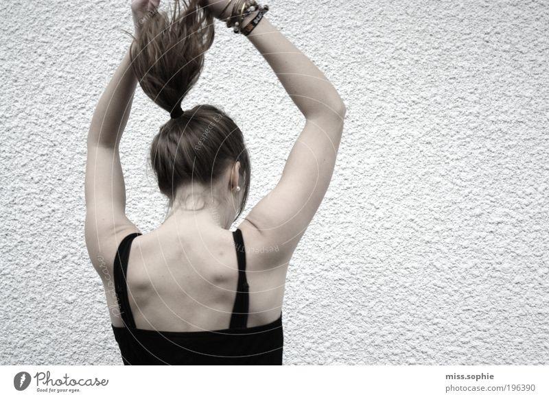 die neue leichtigkeit Tanzen Frau Erwachsene Jugendliche Haare & Frisuren Rücken Top brünett langhaarig Zopf Bewegung hängen ästhetisch elegant schwarz weiß