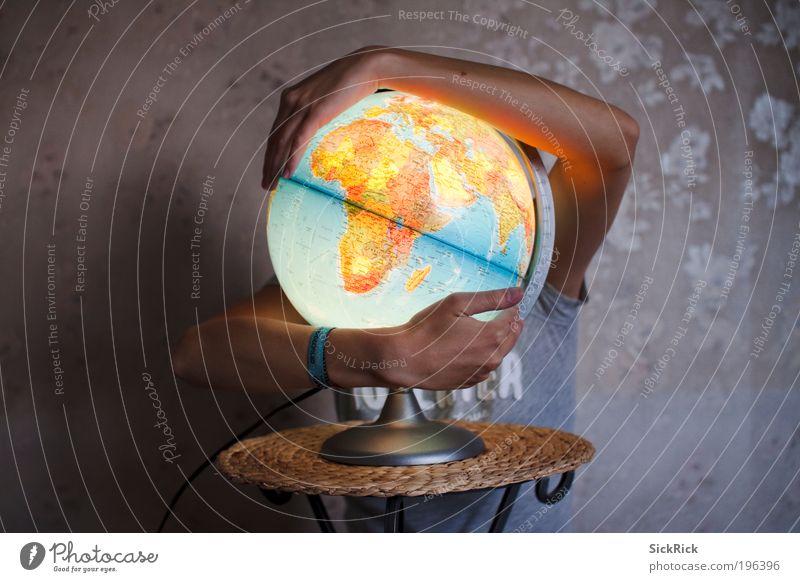 Global Globus Raumfahrt Umwelt Natur Erde Klima Klimawandel Planet leuchten blau braun gelb Umweltschutz Atmosphäre Schutz Arme Afrika Europa Globalisierung