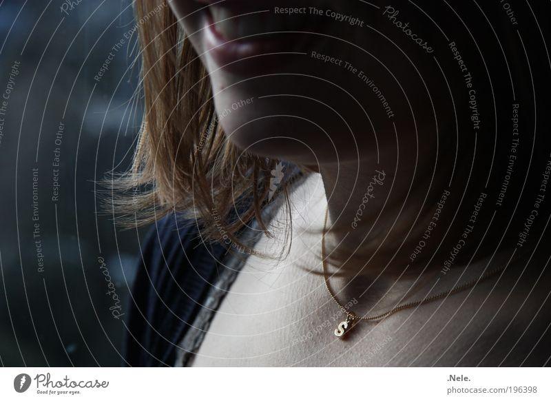 ein s um den hals. Mensch ruhig feminin Gefühle Glück lachen Haare & Frisuren Denken Zufriedenheit Stimmung Haut ästhetisch authentisch natürlich Gelassenheit