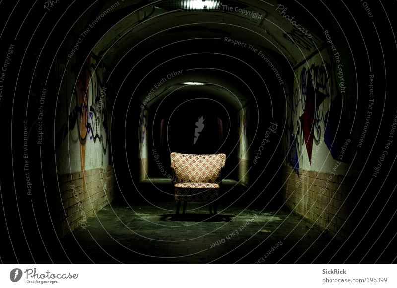 endless schwarz dunkel Wand Graffiti Mauer Angst gefährlich retro Stuhl gruselig Tunnel Verzweiflung Sessel Möbel Textfreiraum links
