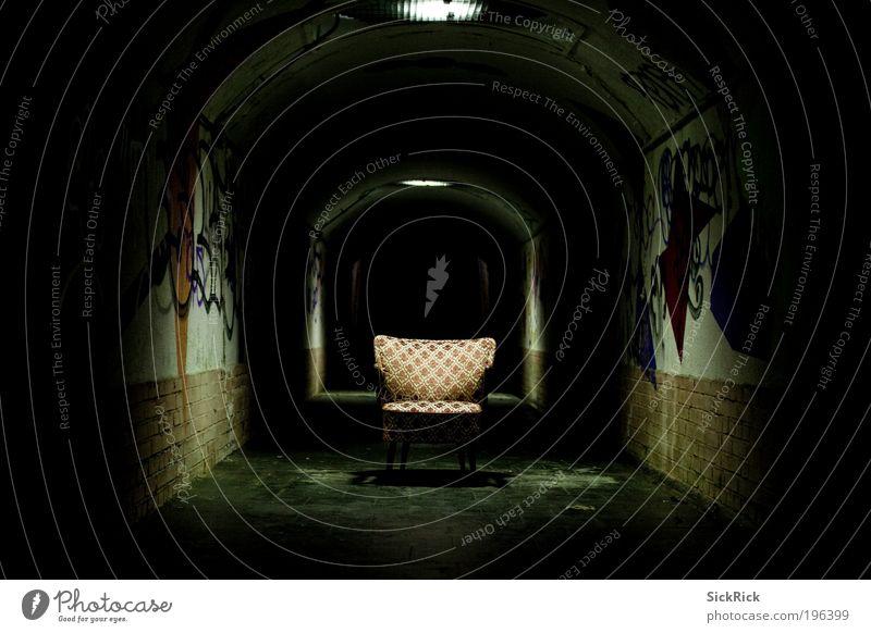 endless Tunnel Mauer Wand Stuhl Sessel Graffiti dunkel gruselig schwarz Angst gefährlich Verzweiflung retro Farbfoto Menschenleer Textfreiraum links
