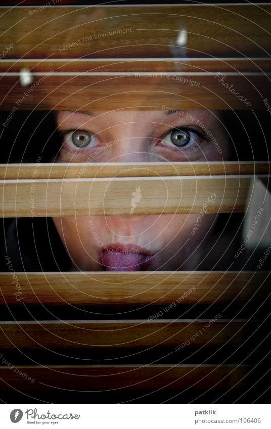 Ällebätsch Mensch Jugendliche Gesicht Auge feminin Erwachsene beobachten geheimnisvoll verstecken gegen Zunge frech Junge Frau Experiment Reflexion & Spiegelung trotzig
