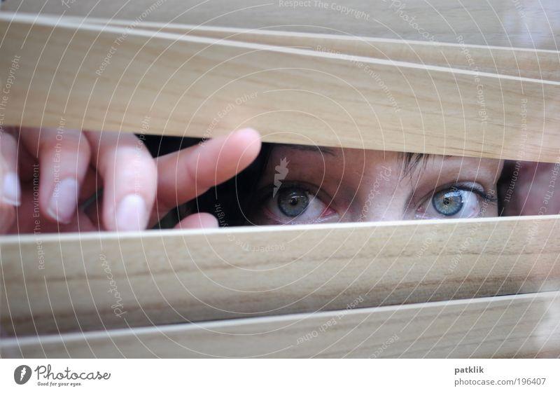 I can see you Jugendliche feminin Erwachsene frisch Coolness nah beobachten geheimnisvoll Freundlichkeit verstecken Beruf frech Blick Hinweis Spitzel listig