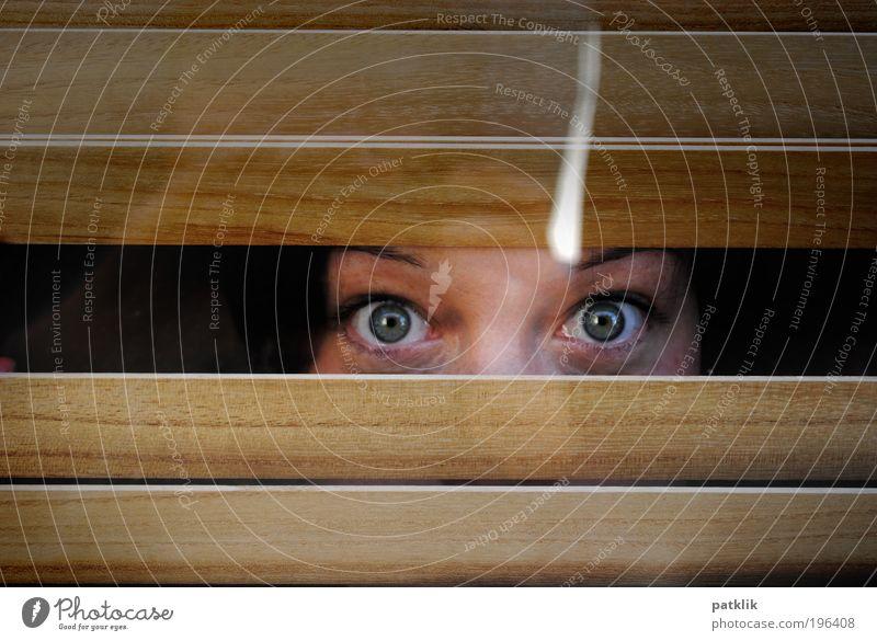 Oh erwischt Jugendliche feminin Angst Erwachsene verrückt nah geheimnisvoll niedlich Frau gefangen Erfrischung frech Blick Schrecken aufregend