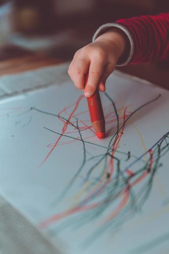 malstunde malstift kita Kindererziehung Bildung Kindergarten lernen Kinderzimmer Kinderzeichnung Kindergärtnerin Mensch maskulin Kleinkind Junge Kindheit Arme