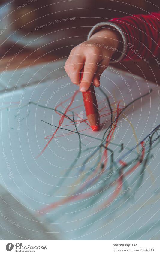 malstunde malstift kita Mensch Kind Hand Liebe Junge Spielen Denken Design träumen maskulin Kindheit Kreativität Arme lernen Finger malen
