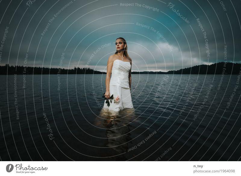 Scheidungsfoto - Sad Bride Hochzeit feminin Junge Frau Jugendliche 1 Mensch 18-30 Jahre Erwachsene Wolken Herbst Wald Alpen See Brautkleid blond Liebe