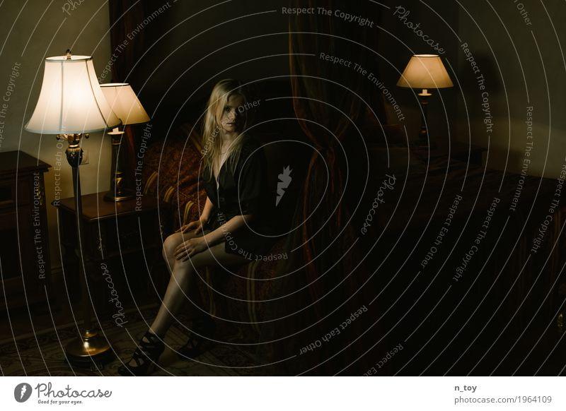 Who are you? schön Lampe Bett Tisch ausgehen feminin Junge Frau Jugendliche Körper 1 Mensch 18-30 Jahre Erwachsene Unterwäsche Damenschuhe blond langhaarig