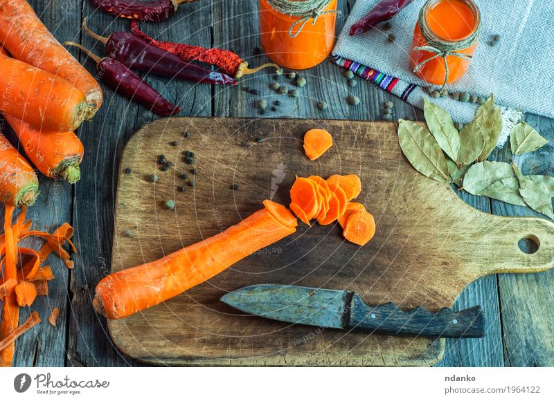 Geschnittene Karotten auf einem Schneidebrett Lebensmittel Gemüse Kräuter & Gewürze Ernährung Essen Vegetarische Ernährung Diät Getränk Saft Messer Tisch Natur