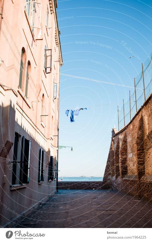 Waschtag II - blau Stadt Meer Erholung Haus ruhig Fenster Wand Wege & Pfade Küste Gebäude Mauer Fassade Häusliches Leben frisch authentisch
