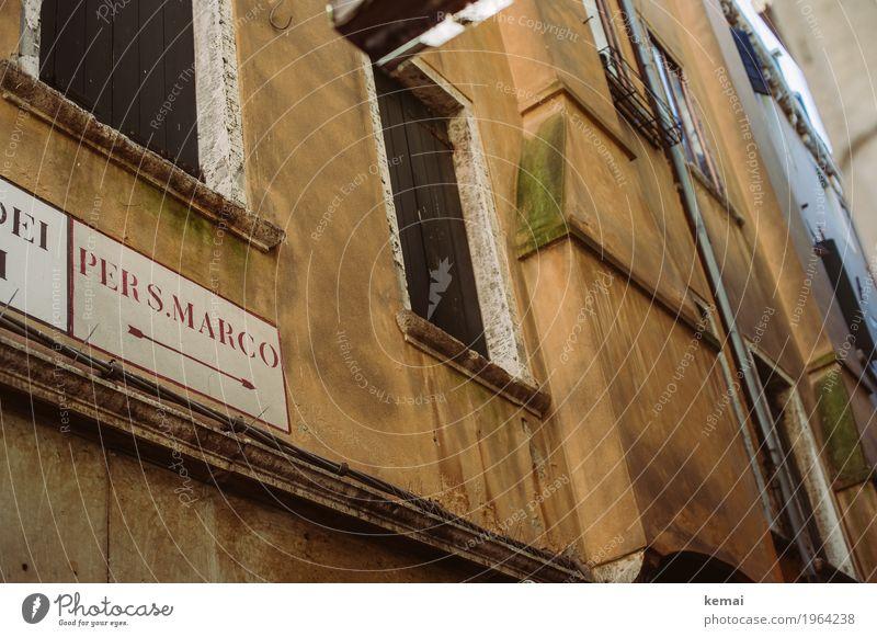 Orientierungshilfe Ferien & Urlaub & Reisen alt Stadt Haus Fenster Wand Mauer Fassade orange Ausflug Schriftzeichen Schilder & Markierungen authentisch