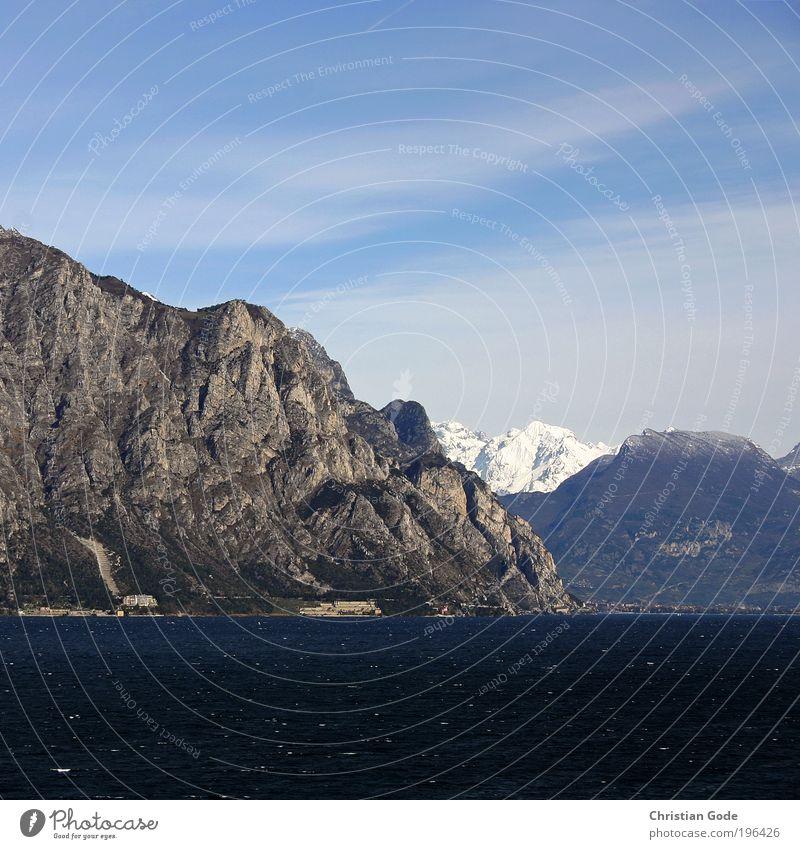 Berg Natur blau Berge u. Gebirge See Gardasee Aussicht Wasser Italien Himmel himmelblau Monte Baldo Stein Ferien & Urlaub & Reisen Luftperspektive Küste Seeufer