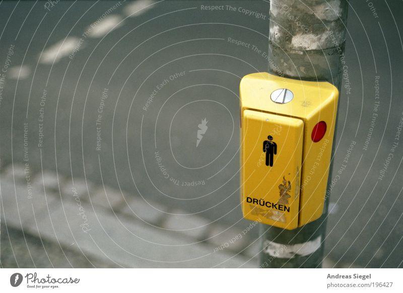 Männer brauchen Liebe. Stadt rot gelb Straße grau Wege & Pfade warten Straßenverkehr Schilder & Markierungen Verkehr stehen Schriftzeichen Zeichen Mensch
