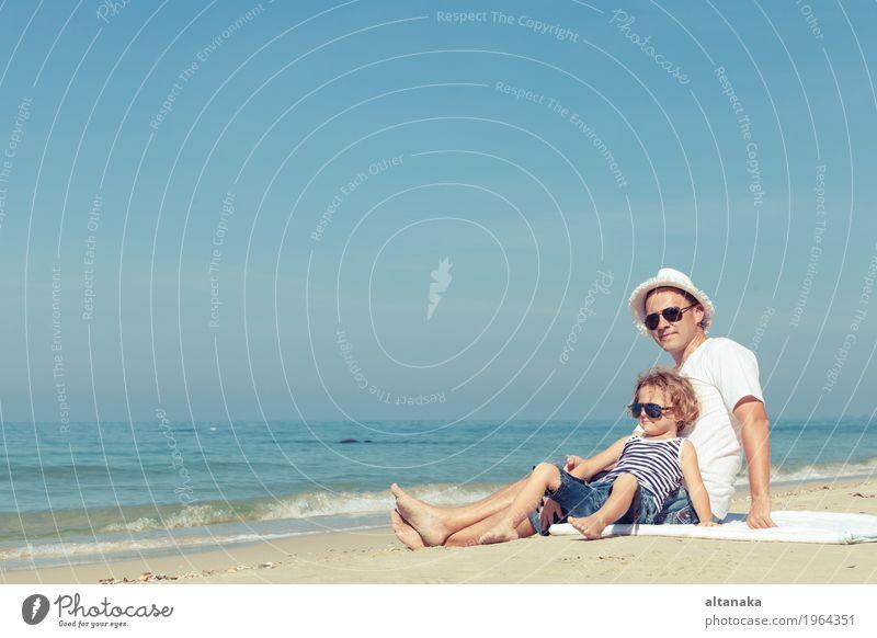 Kind Natur Ferien & Urlaub & Reisen Mann Sommer Sonne Hand Meer Erholung Freude Strand Erwachsene Leben Liebe Lifestyle Junge