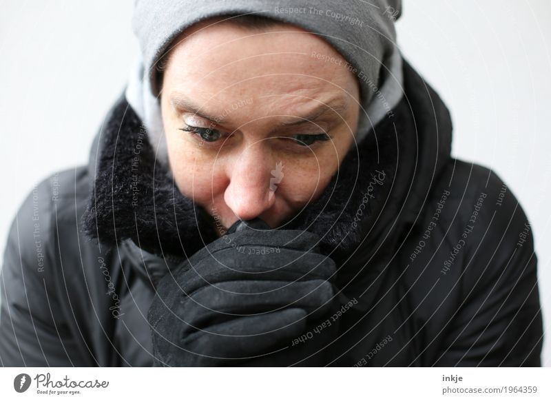 kalt Mensch Frau Hand schwarz Gesicht Erwachsene Leben Lifestyle Stil Kopf 45-60 Jahre Klima Mütze Jacke frieren