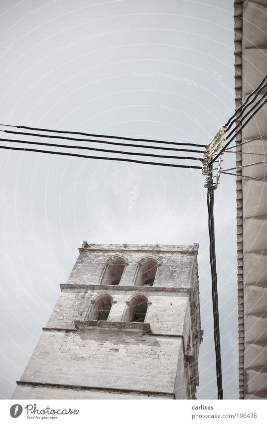 Anlehnungsbedürftig alt blau Fenster Architektur grau Religion & Glaube Zufriedenheit ästhetisch Kabel Kirche Netzwerk Dach Vergänglichkeit Frieden Schutz