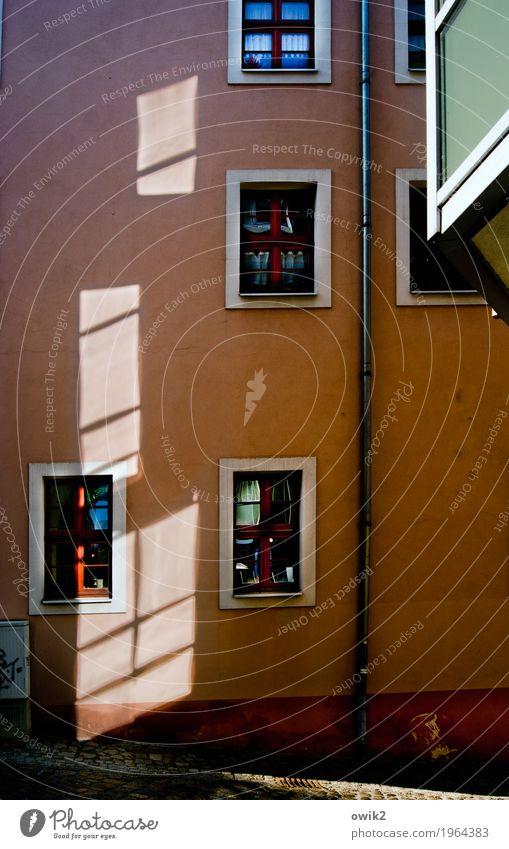 Geflimmer Bautzen Lausitz Deutschland Kleinstadt Stadtzentrum Altstadt bevölkert Haus Gebäude Mauer Wand Fassade Balkon Fenster Dachrinne Straße