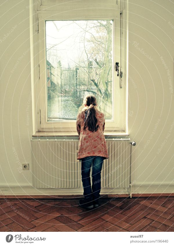 Let's go and watch the sunset Kind Mädchen Fenster träumen Raum Aussicht beobachten Boden Wohnzimmer Heizkörper Parkett Heizung verträumt Mensch Hochformat