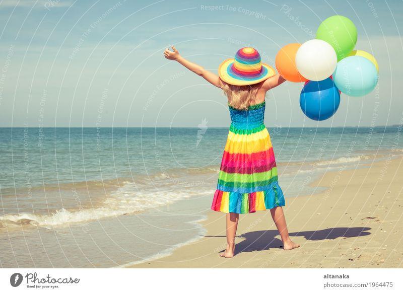 Kleines Mädchen mit den Ballonen, die auf dem Strand stehen Mensch Kind Frau Natur Ferien & Urlaub & Reisen Sommer Sonne Hand Meer Erholung Freude Erwachsene