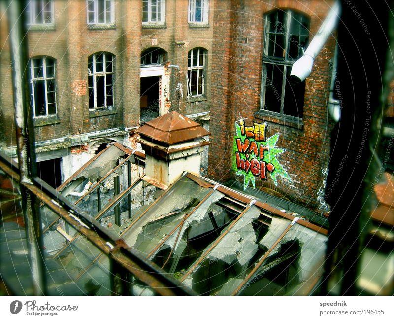 icH WAr hier II [H08.2] Stadt dunkel Wand Fenster Graffiti Mauer dreckig Fassade ästhetisch kaputt Schriftzeichen Industrie Dach Wandel & Veränderung Fabrik Vergänglichkeit
