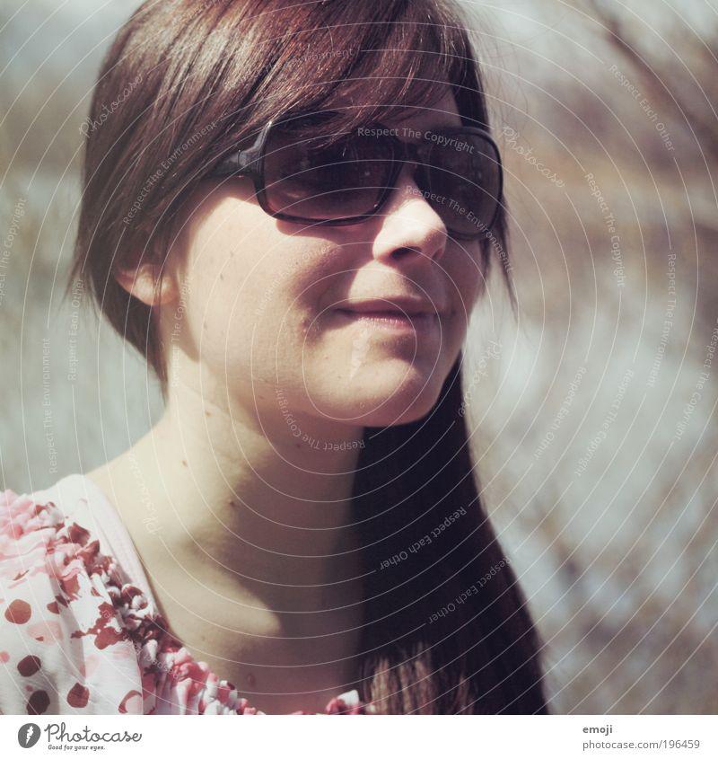 Sonnenbrille is montiert Mensch Jugendliche schön feminin Zufriedenheit Erwachsene rosa Fröhlichkeit Lebensfreude Warmherzigkeit brünett positiv Sonnenbrille langhaarig Accessoire