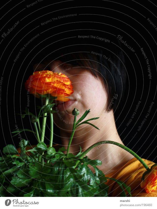 Blumenmädchen Frau Mensch Natur Jugendliche grün Pflanze rot Blatt schwarz gelb dunkel feminin Gefühle Blüte Kopf