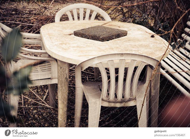 secret garden Winter Einsamkeit Haus Herbst Garten Tisch Häusliches Leben kaputt trist retro Stuhl Vergänglichkeit Kunststoff geheimnisvoll Balkon Camping