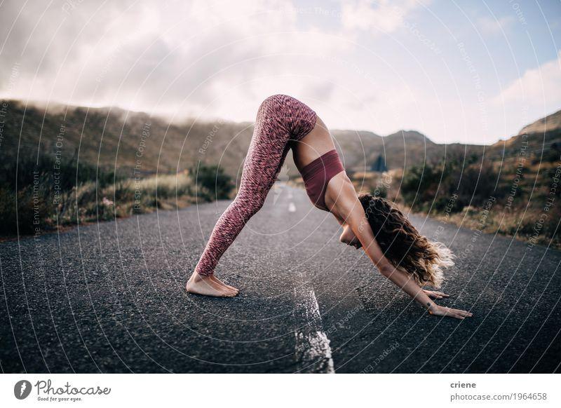 Frau Natur Jugendliche Junge Frau Landschaft Berge u. Gebirge Erwachsene Straße Leben Lifestyle Sport Gesundheit feminin Freizeit & Hobby Körper Fitness