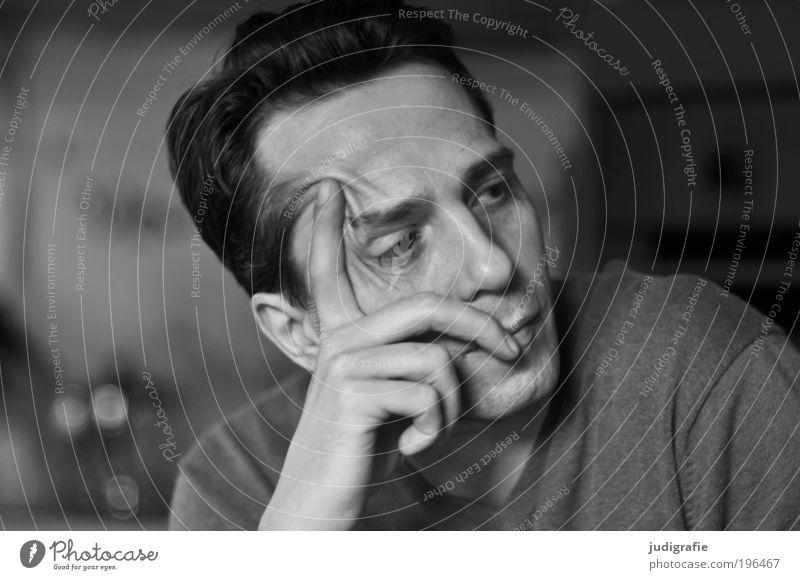 Zuhören Mensch maskulin Mann Erwachsene Kopf Hand 1 30-45 Jahre Denken warten Stimmung Coolness geduldig ruhig Neugier Interesse Erwartung Schwarzweißfoto