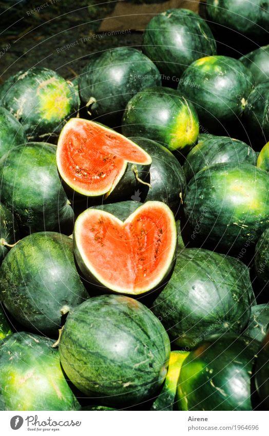 teile! Lebensmittel Frucht Melonen Wassermelone Bioprodukte Vegetarische Ernährung Fasten Herz kaufen frisch Gesundheit grün rot genießen teilen geschnitten