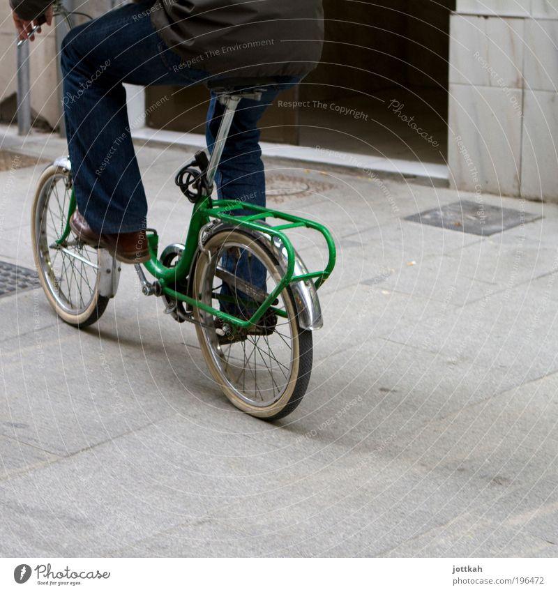 Nächste Ausfahrt links oben grün Freude Leben Bewegung Beine Fuß Zufriedenheit Fahrrad Klima maskulin Verkehr fahren Gesäß Mobilität anstrengen Fahrradfahren